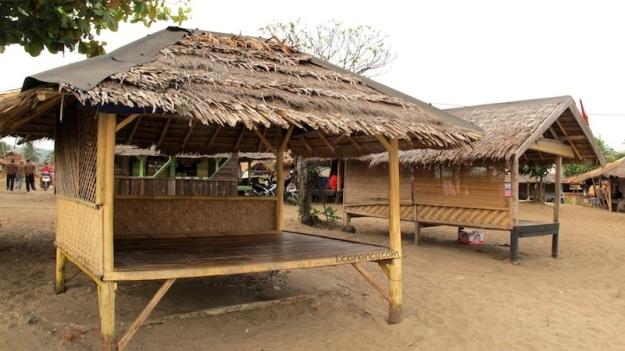 Bale-bale tempat bersantai untuk menikmati senja di Pantai Ciantir.