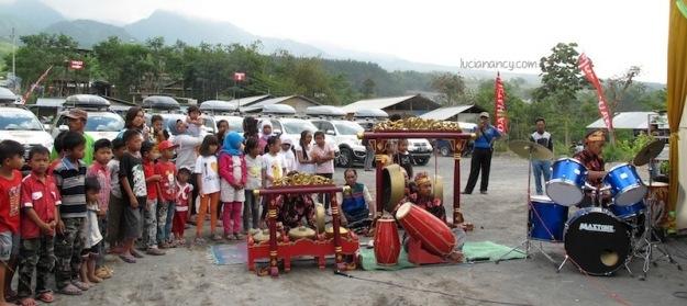 Kolaborasi alat musik tradisional dan modern menarik perhatian ana-anak Desa Kinahrejo.