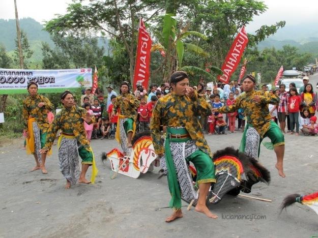 Tari Jathilan, kesenian tradisional asli Jawa Tengah.