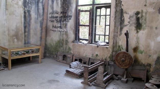 Ruang tempat menyimpan  peninggalan harta karun orang tua Riyanto; alat musik dan senjata tradisional.
