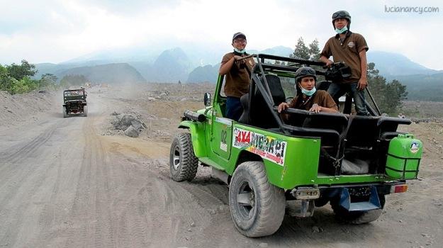 Teman-teman media dan blogger yang ikut dengan mobil jeep.