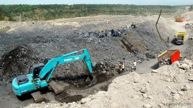 Kerjasama warga lokal dan perusahaan pengeruk pasir untuk kembali membangun desa mereka yang telah hancur.