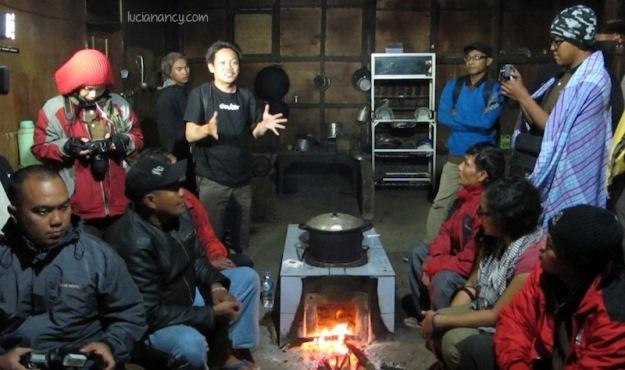 Mas Lutfi sedang menjelaskan tentang kegunaan pawon di rumah masyarakat Suku Tengger.