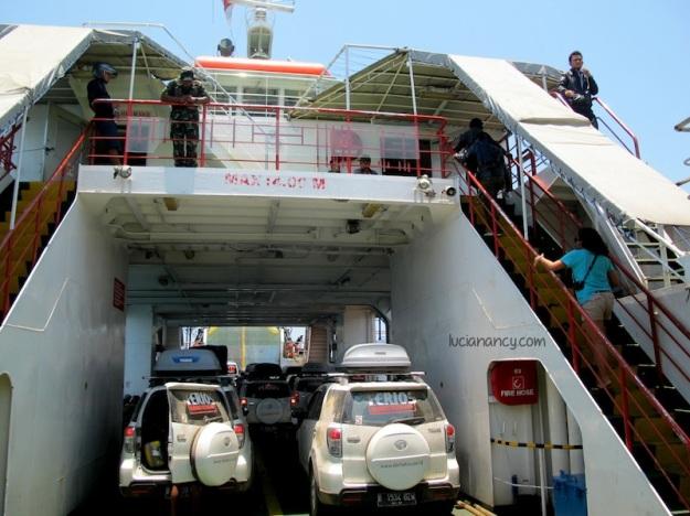 Karena masih pagi, ferrynya masih kosong.