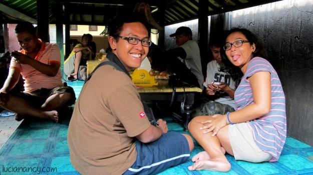 Muka-muka sebelum kepedesan makan ayam Taliwang.