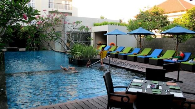 Akhirnya ketemu hotel yang ada kolam renangnya setelah delapan hari badan kaku nggak olahraga. :')