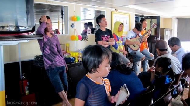 Pengamen yang bernyanyi lagu-lagu pop dalam negeri sebelum kapal berangkat.