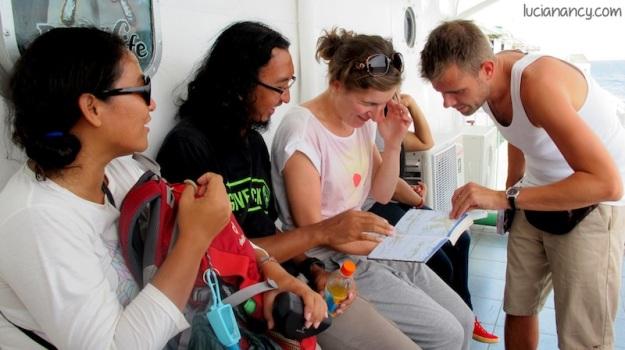 Mumun dan Mas Puput menjelaskan spot-spot menarik di Flores yang bisa dikunjungi dua turis dari Belanda itu.