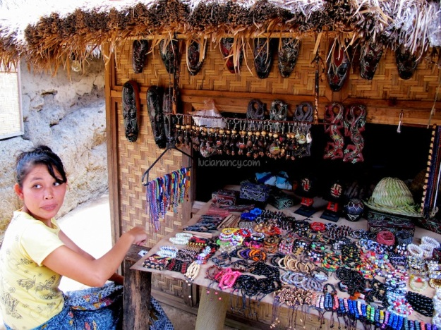 Pernak-pernik lain yang juga akan sering kamu jumpai di Desa Sade.