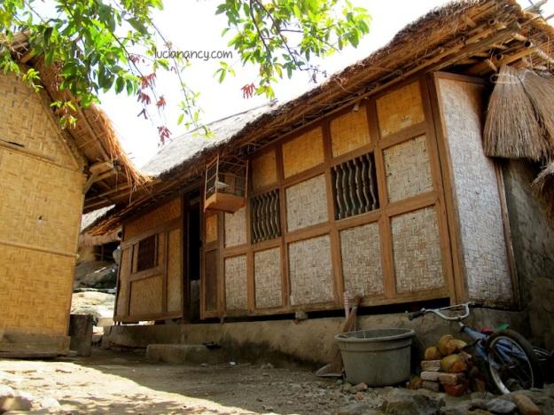 Rumah tempat tinggal Suku Sasak, dikenal dengan sebutan bale.