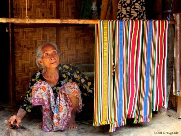 Seorang nenek yang setia duduk menunggu pembelinya.