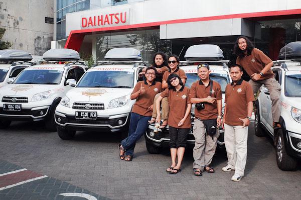 Bersama 6 blogger lainnya saat pengecekan mobil di Daihatsu Yogyakarta.