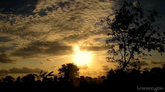Lagi-lagi, sunsetan di tengah jalan.