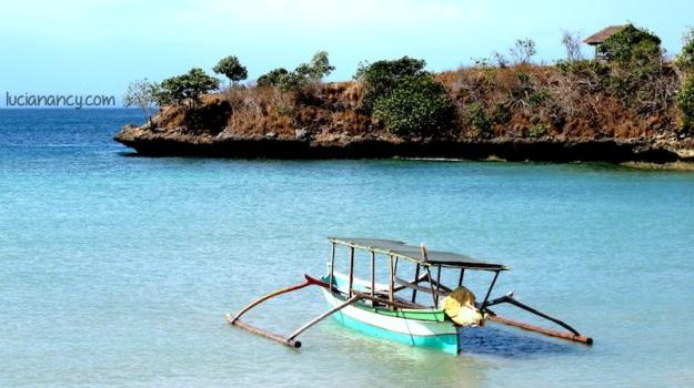 Perahu nelayang yang bisa disewa untuk mengelilingi pulau-pulau di sekitar pantai.