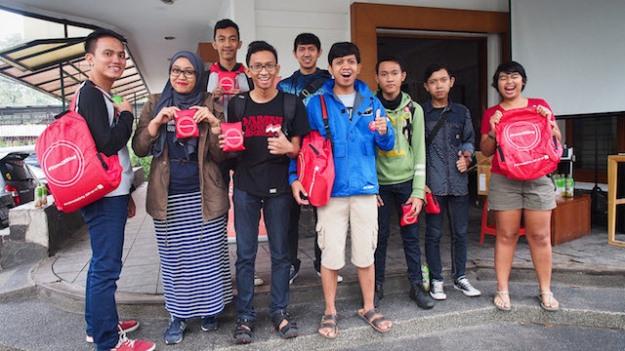 Para peserta dibekali tas lipat dulu oleh Ibupenyu sebelum berangkat hunting foto di Car Free Day Dago.
